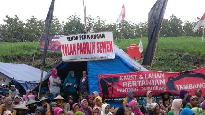Warga Penolak Pabrik Semen Rembang Bikin Mushala Di Tenda Gunung Bokong - warga-penolak-pabrik-semen-rembang-bikin-mushala-di-tenda-gunung-bokongg_20160215_223922.jpg
