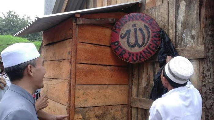 Warga Penolak Pabrik Semen Rembang Bikin Mushala Di Tenda Gunung Bokong - warga-penolak-pabrik-semen-rembang-bikin-mushala-di-tenda_20160215_223712.jpg
