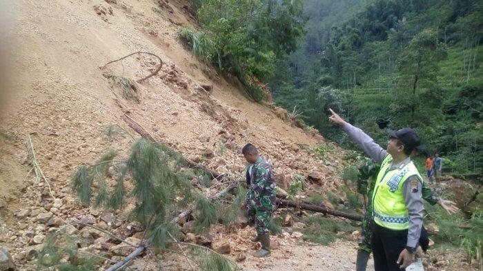 Akses Jalan Kecamatan Petungkriyono Pekalongan Tertutup Longsor