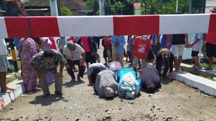 Warga Sujud Syukur,  Portal TKP Kecelakaan Kereta Vs Mobil Patroli di Siboto Kalijambe Dibuka