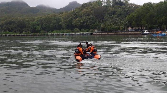 Pria Misterius Tiba-tiba Berenang dan Hilang di Pantai Logending Kebumen