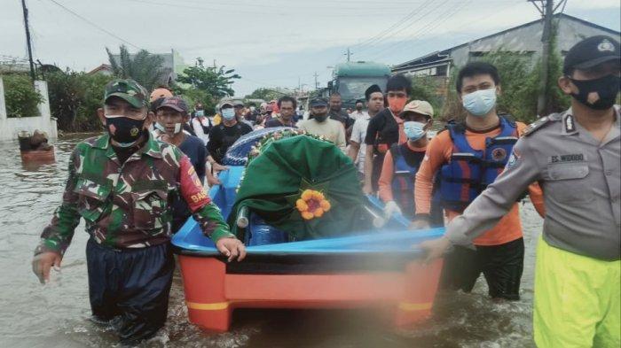 Warga Trimulyo Semarang Gotong Keranda Jenazah Pakai Perahu, Terjang Banjir Demi Makamkan Sukarjo