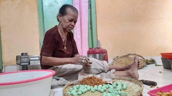 Warliyah, sedang membuat jajanan tradisional bernama klepon.