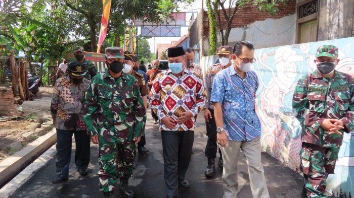 Wakil Wali Kota Pekalongan Salahudin saat meninjau hasil TMMD Sengkuyung tahap III di Banyurip, Kecamatan Pekalongan Selatan.