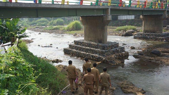 Cek dan Resmikan Jembatan Penghubung Dua Desa di Tulis, Bupati Wihaji : Beban Maksimal 8 Ton
