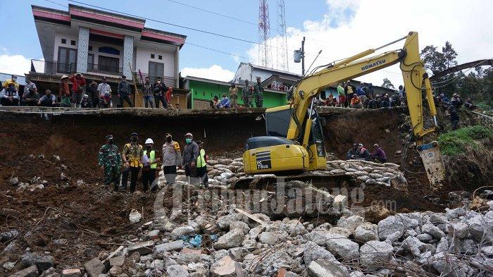 Janji Wihaji Perbaiki Rumah Margono Rusak Tertimpa Tebing Longsor