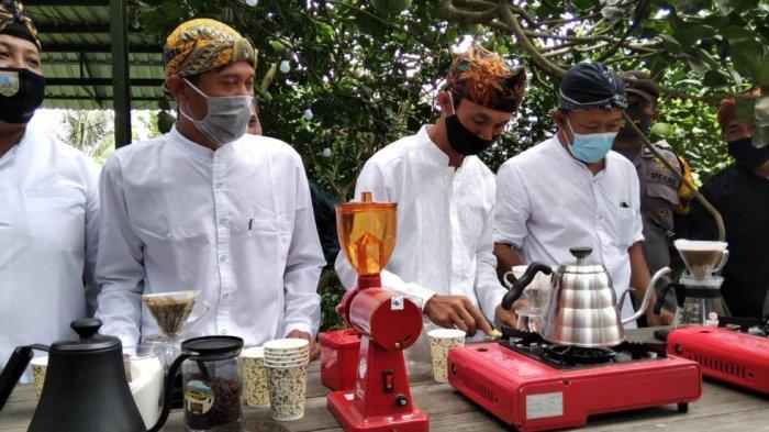 Plt Bupati Kudus HM Hartopo? meninjau wisata agro kopi Gunung Muria di Desa Japan, Kecamatan Dawe, Kabupaten Kudus, Sabtu (21/11/2020).