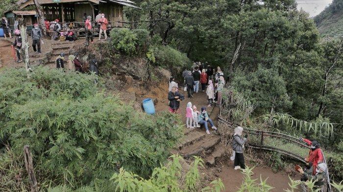 Wisatawan mengunjungi kawasan wisata Bukit Sikunir di Wonosobo, Jawa Tengah, Minggu (26/9/21).