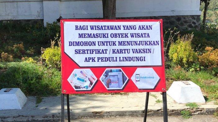 Pemberitahuan bagi wisatawan untuk menunjukan sertifikat vaksin dan aplikasi PeduliLindungi di Objek wisata Dieng Kabupaten Banjarnegara.