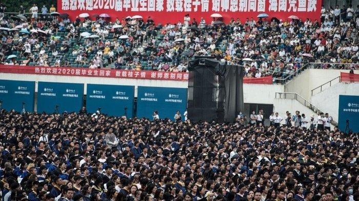 Foto yang ini diambil pada 13 Juni 2021 menunjukkan hampir 11.000 wisudawan, termasuk lebih dari 2.000 mahasiswa yang tidak dapat menghadiri upacara wisuda tahun lalu karena wabah virus corona Covid-19, menghadiri upacara wisuda di Central China Normal University di Wuhan, China, Provinsi Hubei Tengah.