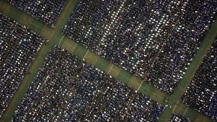 Foto dari udara yang diambil pada 13 Juni 2021 ini memperlihatkan hampir 11.000 wisudawan, termasuk lebih dari 2000 mahasiswa yang tidak dapat menghadiri upacara wisuda tahun lalu karena wabah virus corona Covid-19, menghadiri upacara wisuda di Central China Normal University di Wuhan, di Provinsi Hubei tengah China. (STR / AFP)