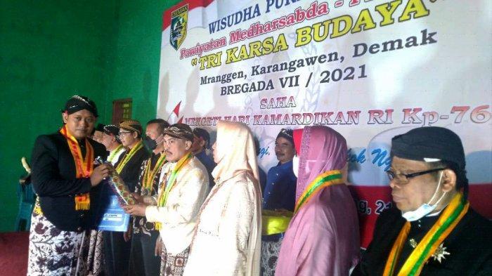 KRT Mustamin Ajak Wisudawan Lestarikan Upacara Adat Jawa