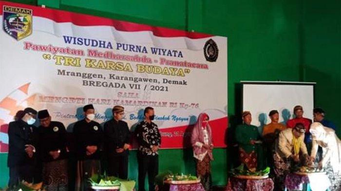 POTONG TUMPENG - Sang Dwija KRT Mustamin beserta istri memotong tumpeng syukuran HUT RI dan Wisuda angkatan ke 7  Pawiyatan Medharsabda-Pranatacara