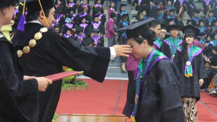 Rektor Unika Beri Contoh Sukses Alumni di Luar Negeri Saat Wisuda