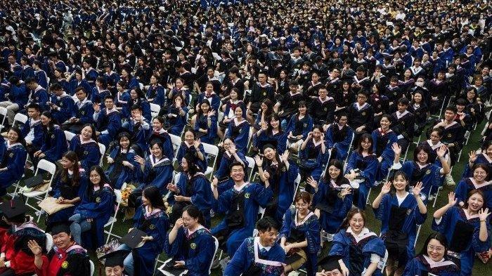Di Wuhan China, Acara Wisuda Massal Sudah Tak Pakai Masker & Berjarak