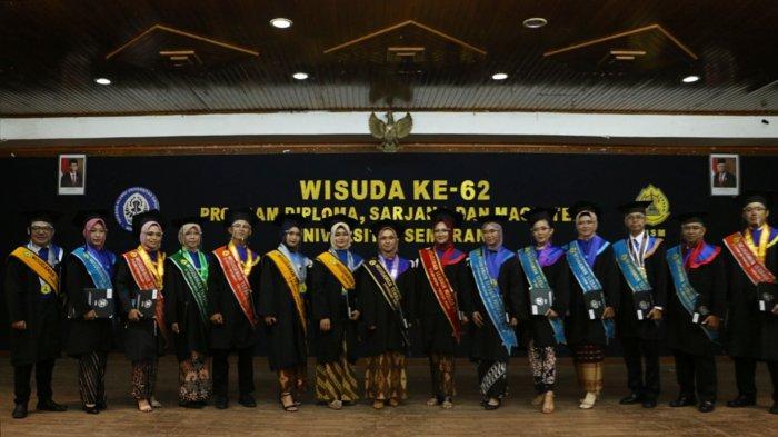 Wisudawan Wisudawati terbaik berfoto bersama pada acara Wisuda Ke-62 USM