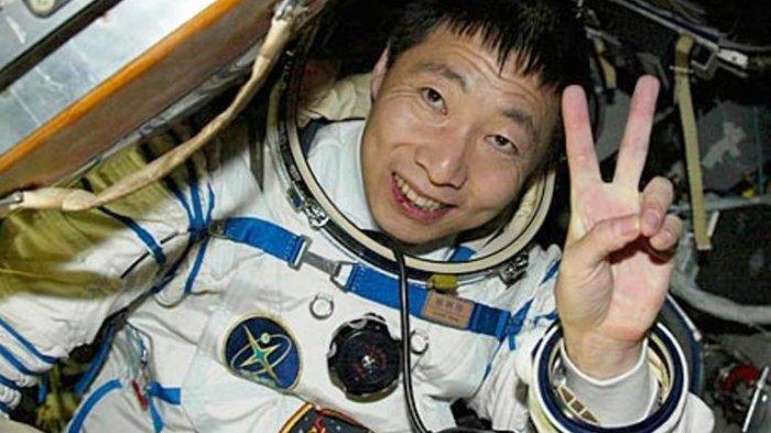 Pergi ke luar angkasa tahun 2003 silam, Yang Liwei, seorang astronot China harus menjalani pengalaman yang menyeramkan. Bagaimana tidak, dia mengaku terus mendengar suara ketukan misterius pada roket yang ia tumpangi.