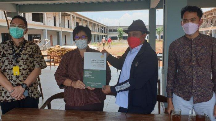 Pembina Yayasan Safin Bina Bangsa, Saiful Arifin, dan Dekan FIK Unnes, Dr Tandiyo Rahayu, menandatangani nota kesepahaman terkait kerja sama antara Safin Pati Football Academy dan FIK Unnes, Kamis (18/3/2021).