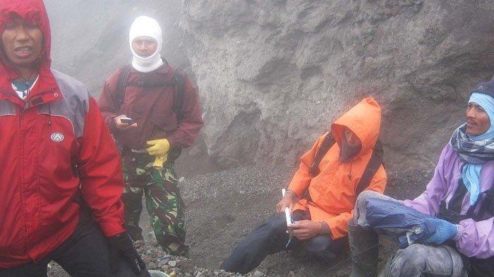Yulianto (celana loreng), Sapari dan Suratno saat berada di puncak Merapi 26 Oktober 2011 bersama tim Ekspedisi Sabuk Merapi - Tribun Jogja.