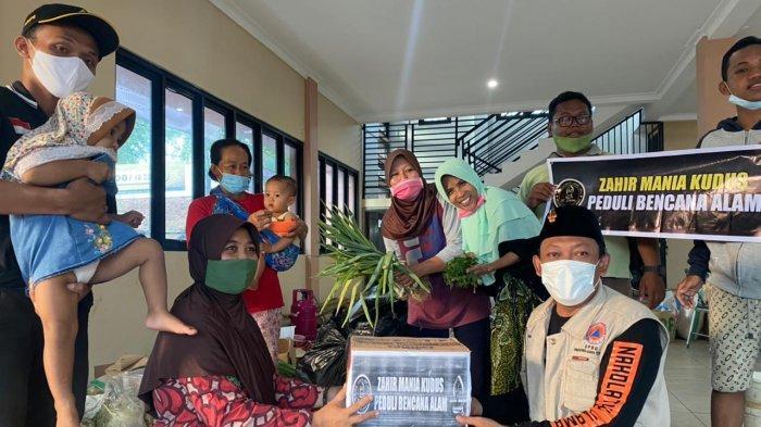 Komunitas Zahir Mania Salurkan Bantuan Korban Banjir di Kudus