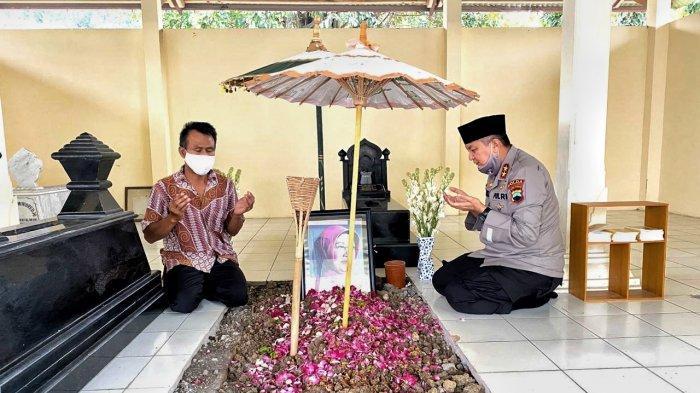 Bintang Jadi 3 di Pundak, Irjen Pol Rycko Amelza Dahniel Sujud Sukur dan Ziarah ke Makam Ibu Jokowi
