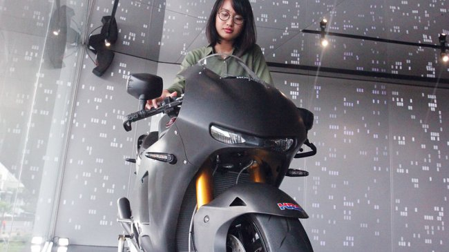 motor-replika-tunggangan-marq-marquez-di-lounge-dealer-sepeda-motor-honda_20180501_075456.jpg