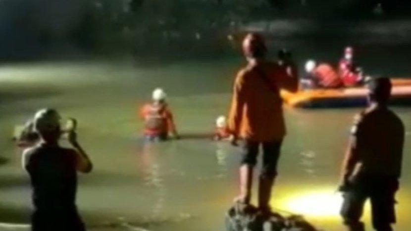 petugas-sar-evakuasi-11-jenazah-siswa-tenggelam-di-sungai-ciamis-jumat-15102021.jpg