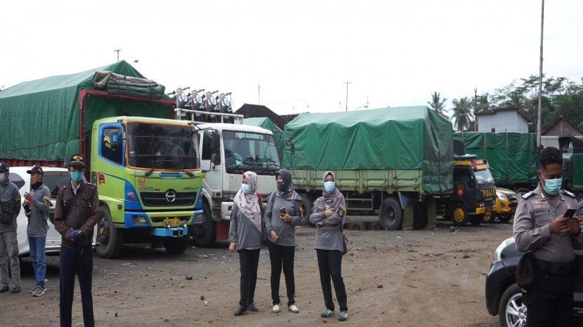 sejumlah-truk-saat-masih-parkir-dianyuputih-batang.jpg