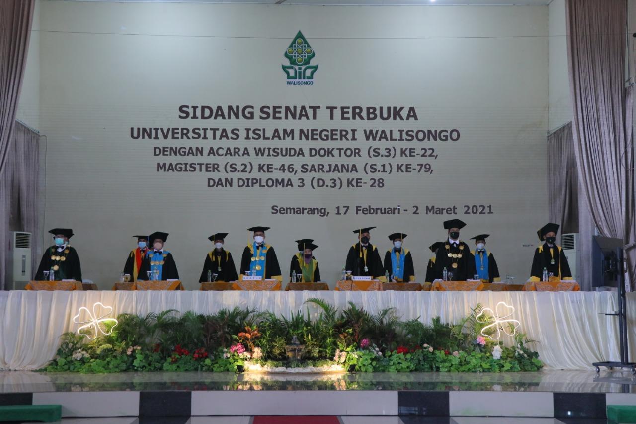 Acara wisuda UIN Walisongo Semarang yang dilaksanakan secara ofline dan online dengan protokol kesehatan yang ketat di Auditorium 2 Kampus 3, Semarang, Rabu (17/2/2021).