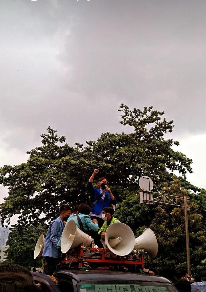 Aliansi Badan Eksekutif Mahasiswa Seluruh Indonesia (BEM SI) dan Gerakan Selamatkan KPK (GASAK) Universitas Muhammadiyah Purwokerto (UMP) melakukan unjuk rasa di depan gedung Komisi Pemberantasan Korupsi (KPK).