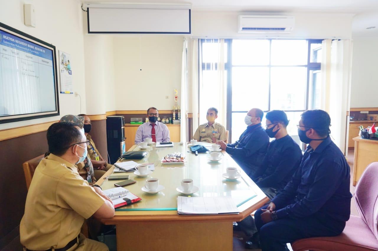 Career Development Center (CDC) Universitas Muhammadiyah Purwokerto (UMP), Banyumas, Jawa Tengah melakukan kerjasama dengan Dinas Tenaga Kerja Koperasi dan UKM Banyumas.
