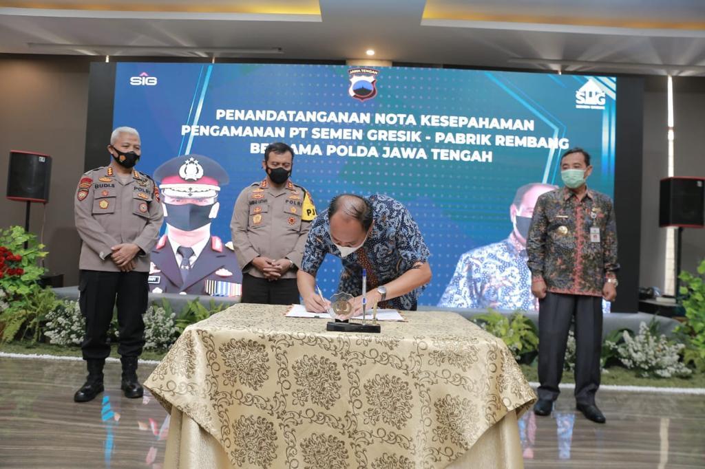 Direktur Utama Semen Gresik menandatangani Nota Kesepahaman Pengamanan Objek Vital Nasional PT Semen Gresik Pabrik Rembang disaksikan (dari kiri ke kanan) Bapak Dirpamovit Polda Jateng, Kapolda Jawa Tengah, dan Bupati Rembang.
