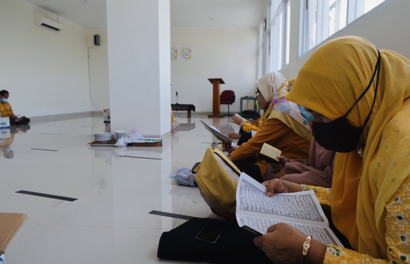 Dosen dan Karyawan STIE Bank BPD Jateng, Tadarus dan Khataman Qur'an Bersama di Mushola Lantai 3 STIE Bank BPD Jateng, Selasa, (20 April 2021)