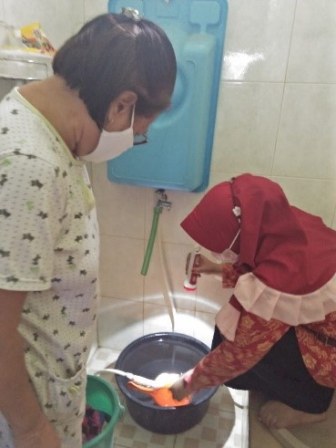 Dosen Prodi Sains Biomedis Universitas Ivet sedang melaksanakan pemeriksaan jentik nyamuk di Kelurahan Lamper Lor, Kecamatan Semarang Selatan Kota Semarang