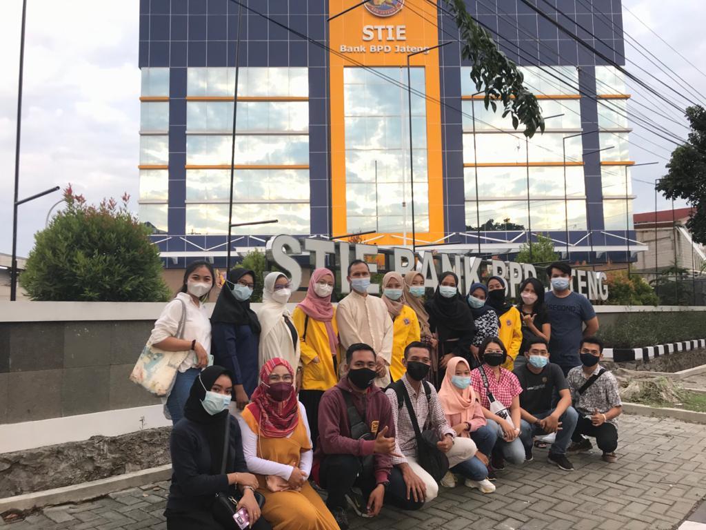 Perwakilan dari BEM dan mahasiswa STIE Bank BPD Jateng berfoto bersama setelah membagikan takjil di depan kampus STIE Bank BPD Jateng, Semarang (25/4).
