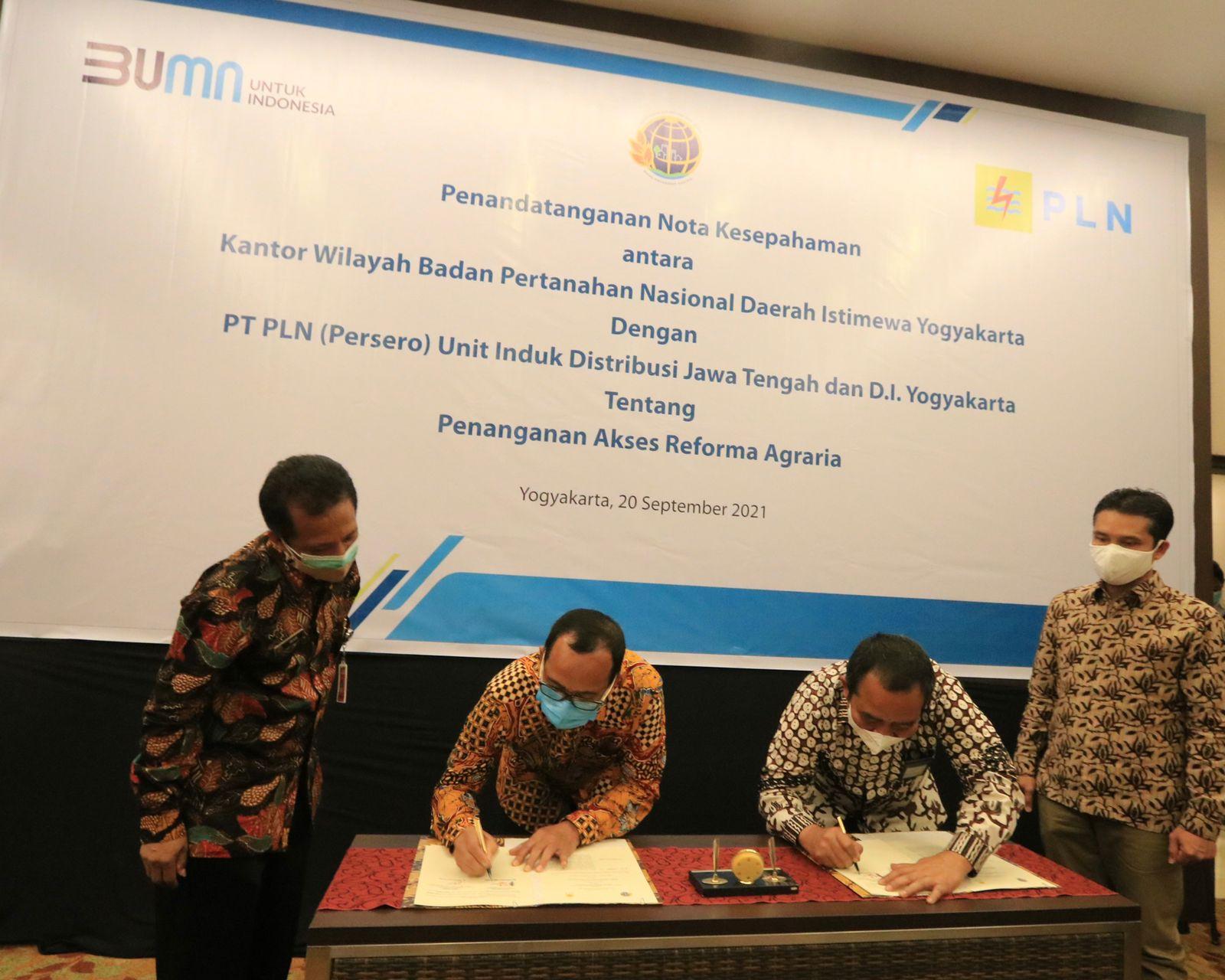 Penandatanganan Nota Kesepahaman PLN bersama Kantor Wilayah Badan Pertanahan Nasional (BPN) D.I. Yogyakarta tentang penanganan akses reforma agraria.