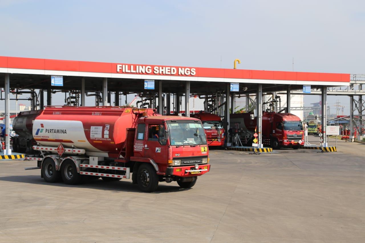 Pengiriman BBM menggunakan mobil tangki Pertamina dari Integrated Terminal Semarang.