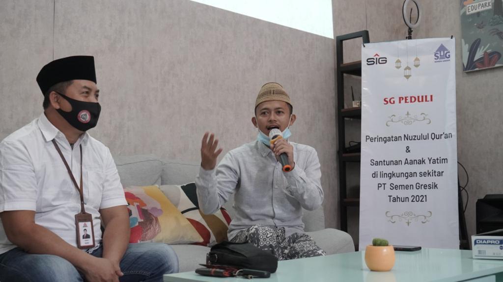 Penyampaian tausiyah oleh ustad Ahmad Mujid dari Desa Tegaldowo dan didampingi oleh tim CSR PT Semen Gresik.