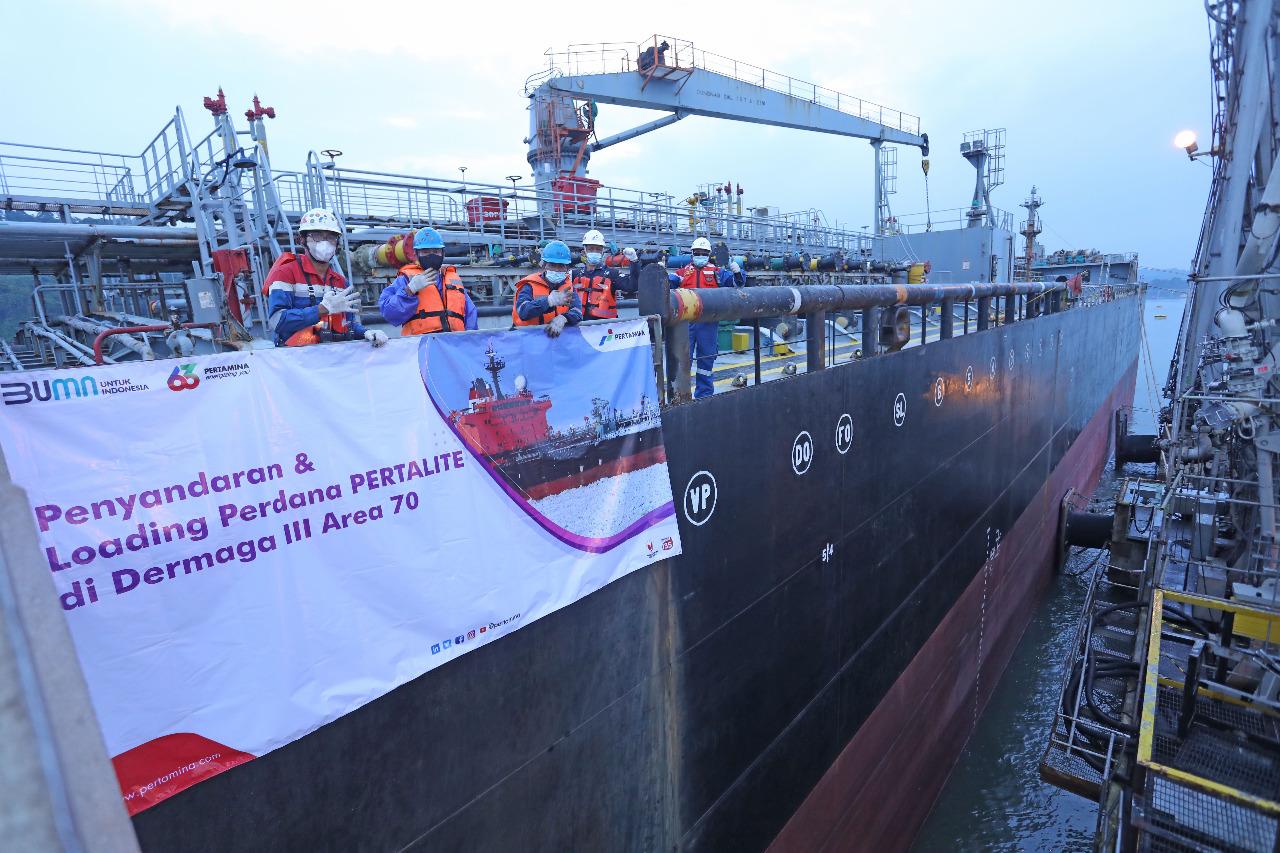 Pertamina Refinery Unit (RU) IV Cilacap sukses melakukan pengiriman perdana produk Pertalite melalui jalur laut, Senin (5/4/2021).