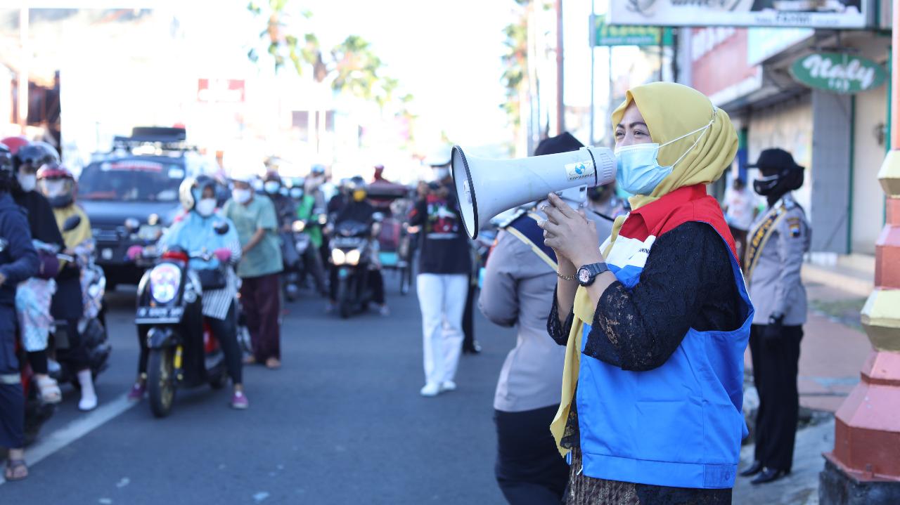 Pertiwi berkolaborasi dengan Bhayangkari Cabang Polres Cilacap melakukan aksi berbagi masker dan menu berbuka puasa