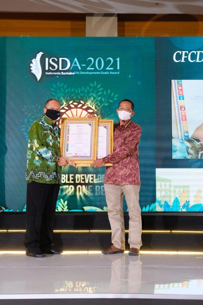 Perwakilan PT semen Gresik berfoto bersama dewan juri di ajang Indonesia Sustainable Development Goals (ISDA) Award 2021