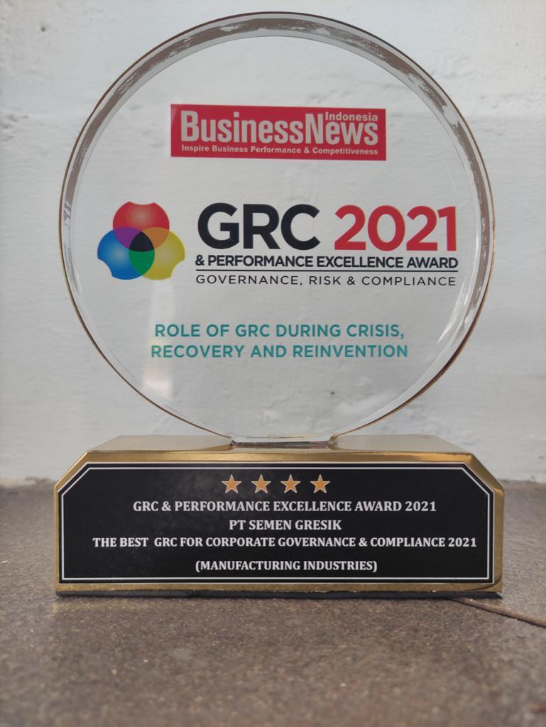 Piala GRC & Performance Excellence Award 2021 yang diberikan kepada Semen Gresik atas pencapaiannya dalam tiga kategori sekaligus (The Best GRC For Corporate Governance & Compliance 2021, The Best CEO dan The Best Corporate Secretary). (Kamis, 5 Agustus 2021)