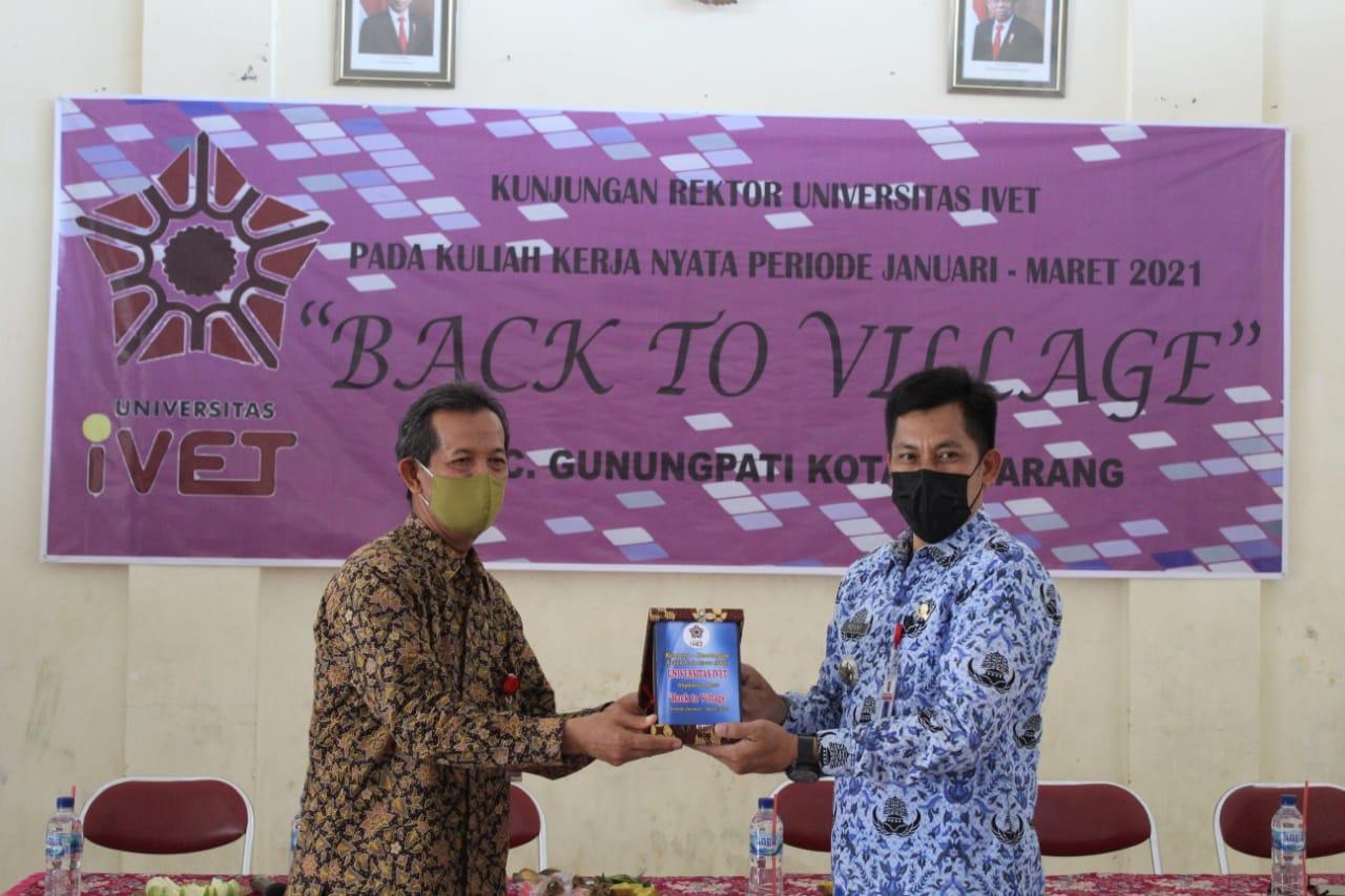Rektor Universitas Ivet Prof Dr Rustono memberikan tanda kenang kenangan kepada Camat Gunungpati dalam kegiatan monitoring KKN 2021 di Kelurahan Gunungpati