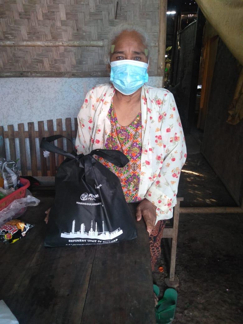 Salah satu masyarakat yang mendapatkan bingkisan paket sembako dari Perwira Pertamina Cilacap