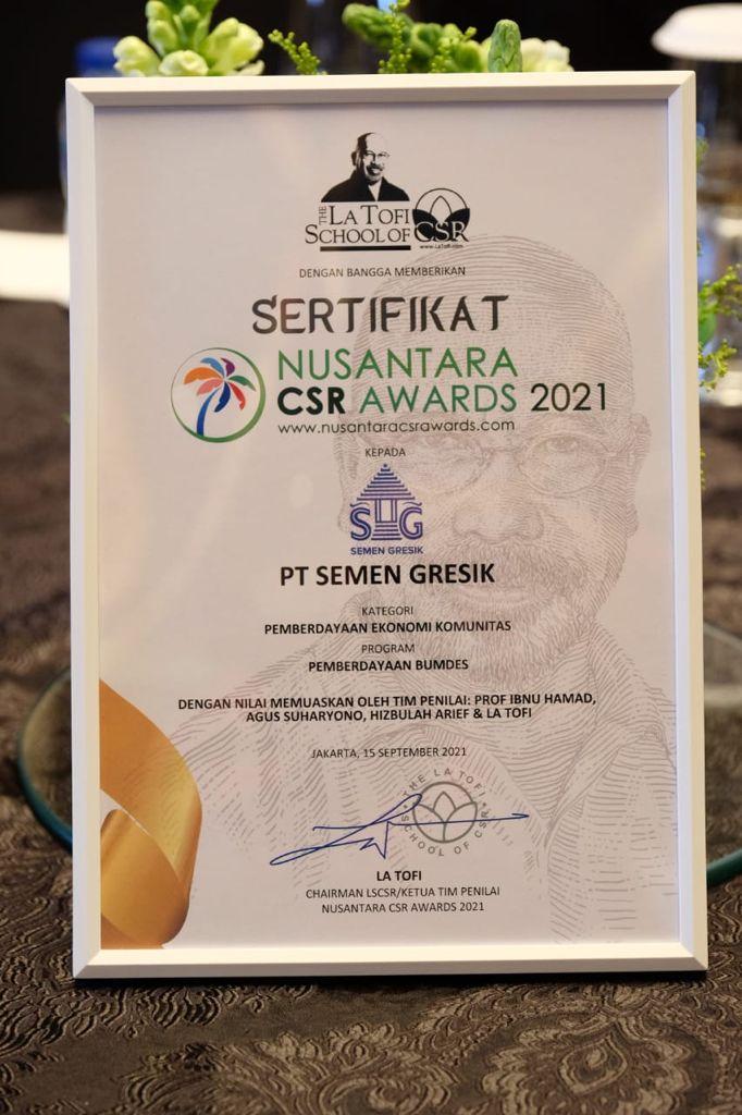 Sertifikat Nusantara CSR Award yang diperoleh Semen Gresik pada kategori Pemberdayaan Ekonomi Komunitas.