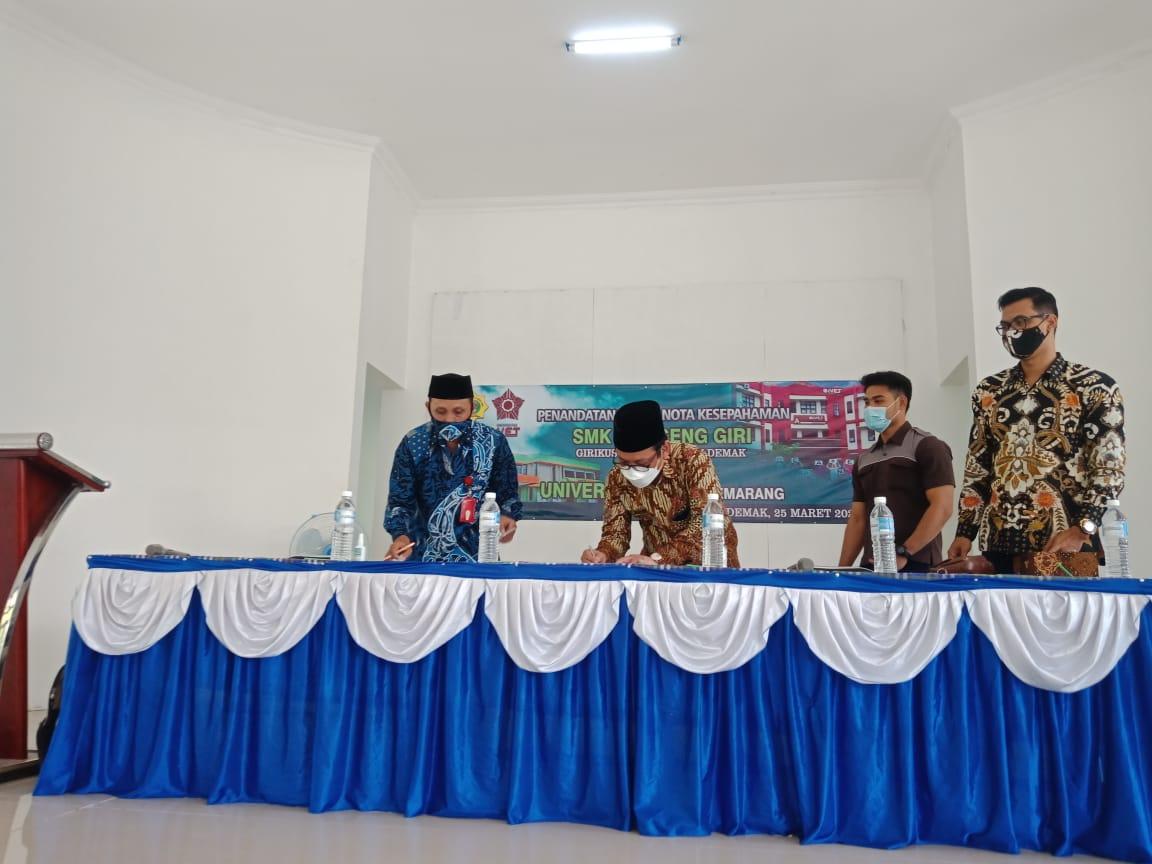 Penandatanganan naskah MOU antara Universitas Ivet dengan SMK Ky Ageng Giri Meranggen