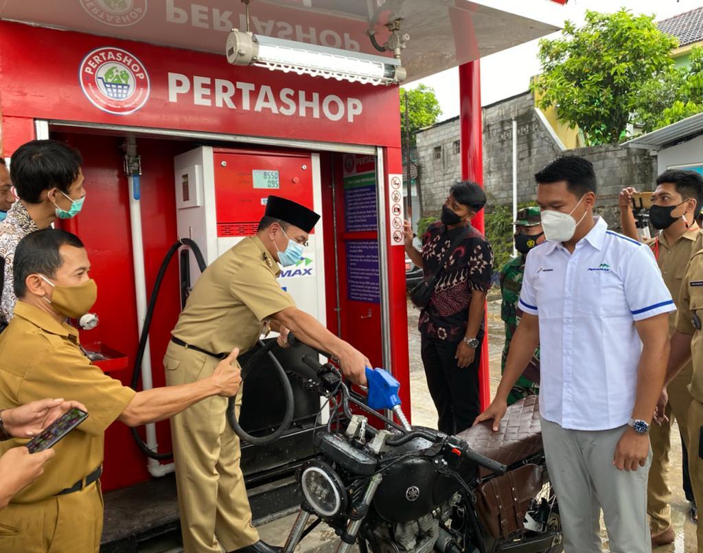 Wakil Bupati Semarang melakukan pengisian perdana dari Pertashop Bergas Kidul ke salah satu kendaraan bermotor