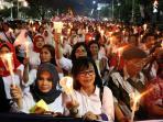 1000-lilin-tolak-kekerasan-pada-perempuan-dan-anak_20160604_094758.jpg
