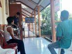 3-peserta-karantina-di-desa-pesanggrahan-sedang-bersantai-di-depan-televisi.jpg