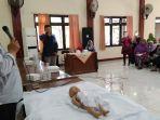 abdul-somad-petugas-perawatan-jenazah-rs-tugu-saat-memberikan-pelatihan-praktik-menggafani-jenazah.jpg